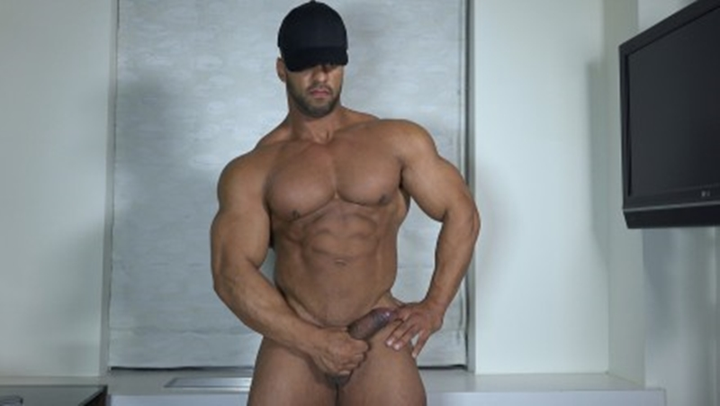 Huge gay man movieks up and fucks tiny